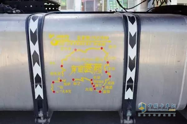 东风天龙XL被金师傅贴在油箱上的地图