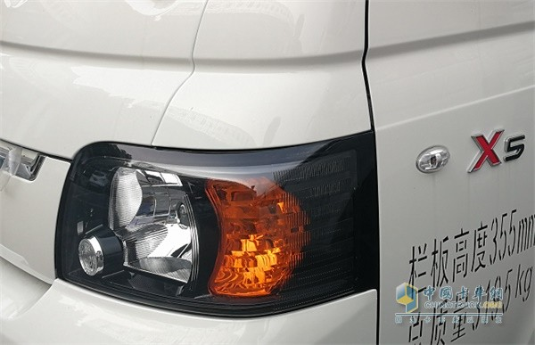 江淮轿卡X5熏黑式的大灯集成了远近光灯,夜间行车特别亮