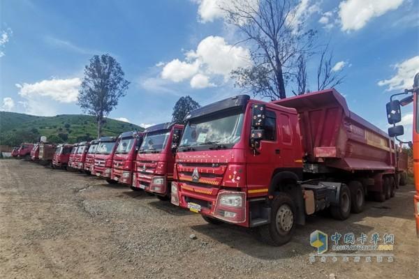 排列整齐的中国重汽HOWO卡车