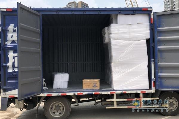 钟师傅正在卸领航轻卡车内的货物