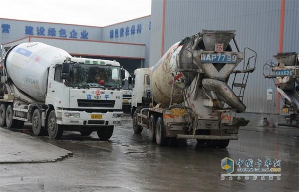吉平建材公司厂区门口,一辆辆混凝土搅拌车正井然有序地驶出驶入