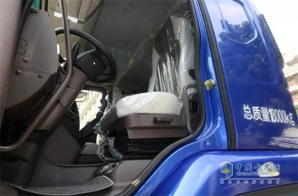 国六版乘龙H5绿通载货车的主驾驶座椅