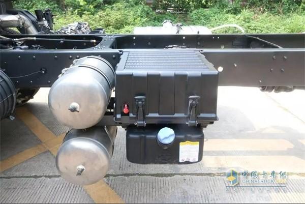 国六版乘龙H5绿通载货车的尿素罐、电瓶、储气罐