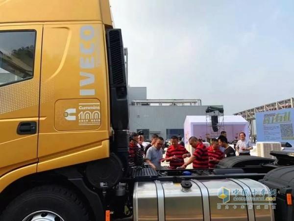 搭载康明斯最新X系列智能国六发动机的上汽红岩牵引车