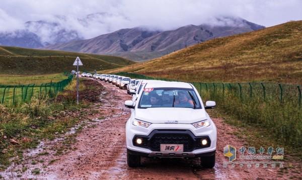 行驶在泥泞道路的的江铃国六域虎7