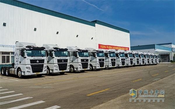 排列整齐的中国首款智能卡车汕德卡