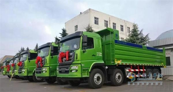 轩德8×4轻量化自卸车批量交付活动