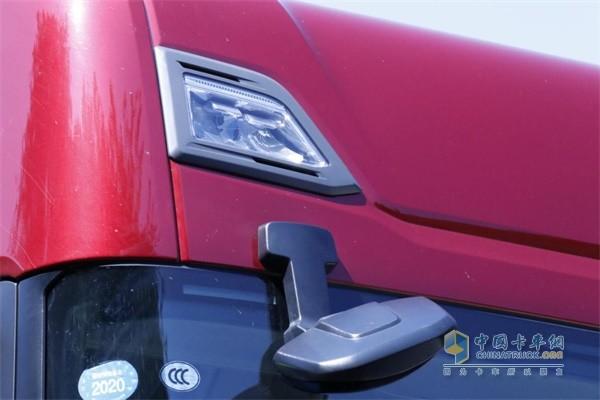 斯堪尼亚S500顶部取消遮阳罩,将灯组嵌入驾驶室,优化风阻
