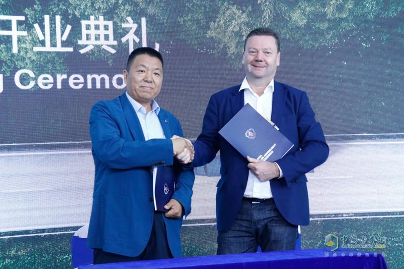 斯堪尼亚中国区总经理文政(Steve Wager)与瑞力汽车董事长贾永存双方签约