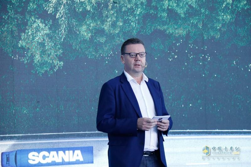 """斯堪尼亚中国区总经理文政(Steve Wager)在活动现场表示,""""与瑞力汽车签约之后,斯堪尼亚将全面深入山东市场,使这一重要区域的用户能够得到更周到、细致的服务。"""""""