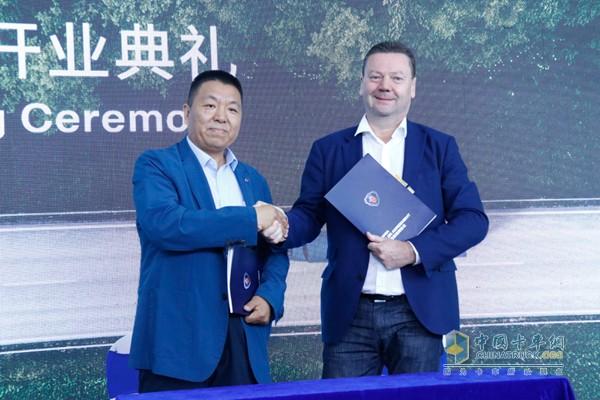 斯堪尼亚中国区总经理文政(Steve Wager)与瑞力汽车董事长贾永存签约
