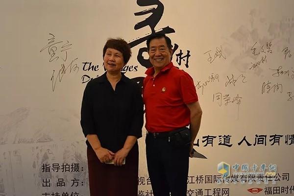 中央广播电视总台原社教中心主任王进友(右)与江桥国际传媒总经理张怀玲