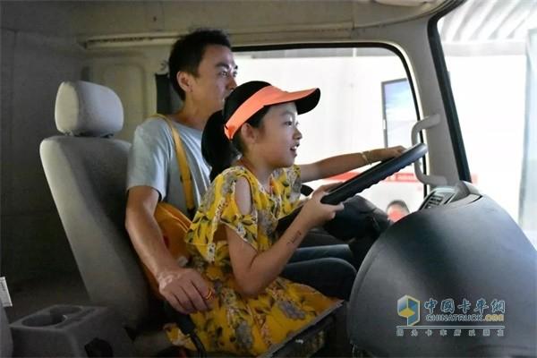 员工陪孩子体验自动驾驶的乐趣