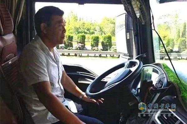 瞿如安驾驶中国重汽汕德卡