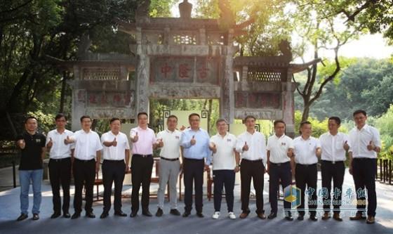 """东风商用车东风公司联合襄阳市人民政府和华为共同启动了""""智行隆中""""项目"""
