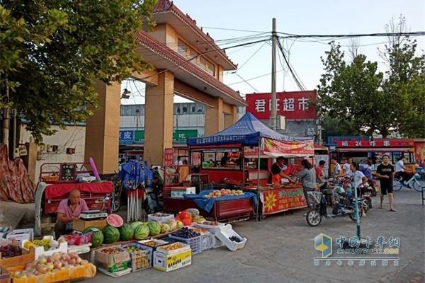 福田祥菱中国乡镇上,摆地摊成为老百姓求生活的一种常态