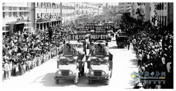 东风柳汽十辆飞跃牌汽车在南宁向国庆20周年献礼
