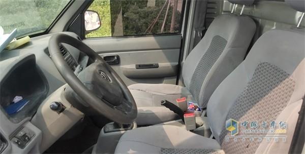单排座驾驶室依然宽敞舒适