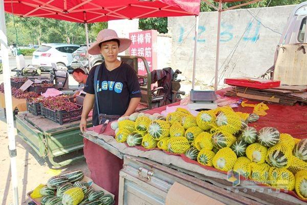 福田祥菱杨姐所在的菜市场,摊位管理费每天3元一米,可分季度交付
