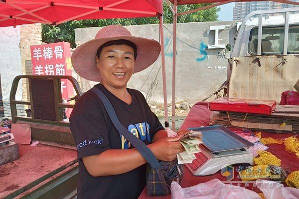 开着祥菱商务之星的杨姐,正在乐呵着点数钞票,今天卖得不错