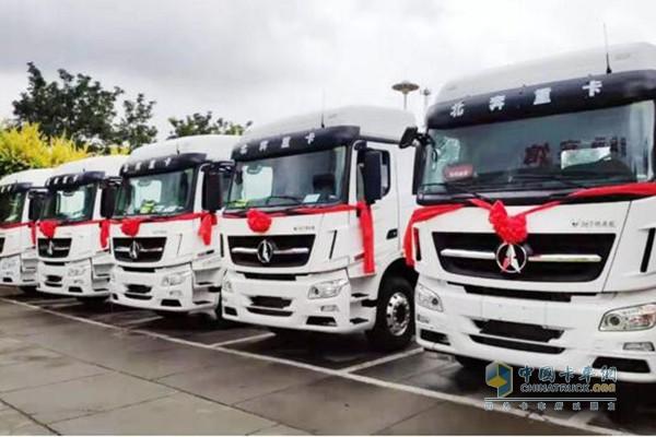搭载潍柴国六WP13NG天然气发动机的重卡批量交付宁夏客户