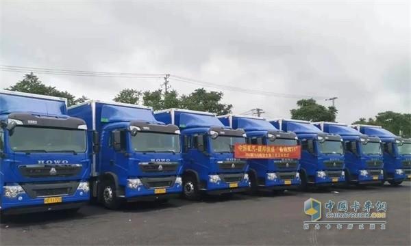 排列整齐的中国重汽HOWO-T5G载货车