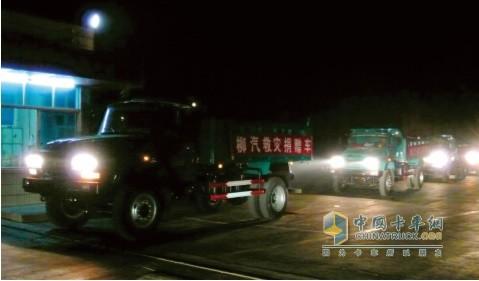 2008年5月15日深夜,捐赠四川地震灾区的车辆驶出柳汽大门
