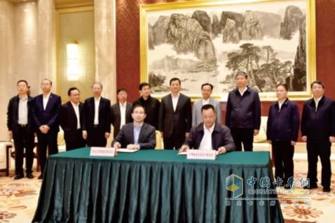 在广西壮族自治区主席陈武(后排右四)和东风公司董事长、党委书记竺延风(后排左七)等领导的见证下,东风公司与广西壮族自治区签署合作协议