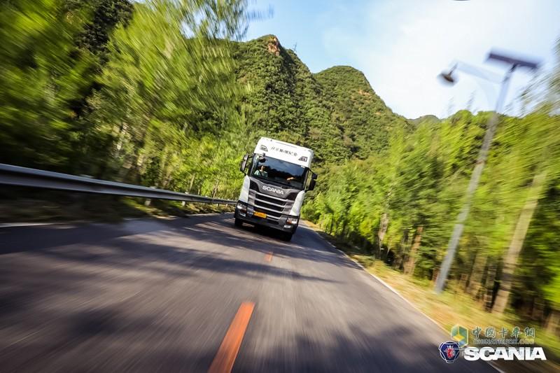 遵循千点竞赛的规则,本次评测活动道路评测部分选用的是全新一代斯堪尼亚R450 6X2牵引车,拖拽满载挂车,车货总重量达45.8吨,更贴近中国法规以及实际运输场景状况。