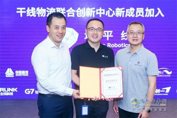 地平线加入干线物流联合创新中心(从左至右:上海国际汽车城创新港总经理 徐健博士、地平线创始人兼CEO 余凯博士、嬴彻科技创始人兼CEO 马喆人)