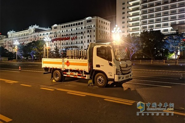 福田欧马可燃放烟花唯一用车在长安街沿线文艺晚会指定地点就位准备执行烟花燃放任务