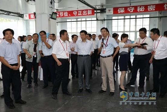 国资委领导在福田汽车国典用车生产车间视察