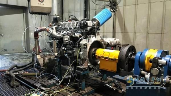 正在进行排放耐久性试验的玉柴YCK08国六发动机