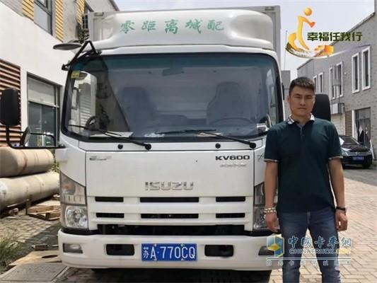 王经理与庆铃KV600轻卡合影