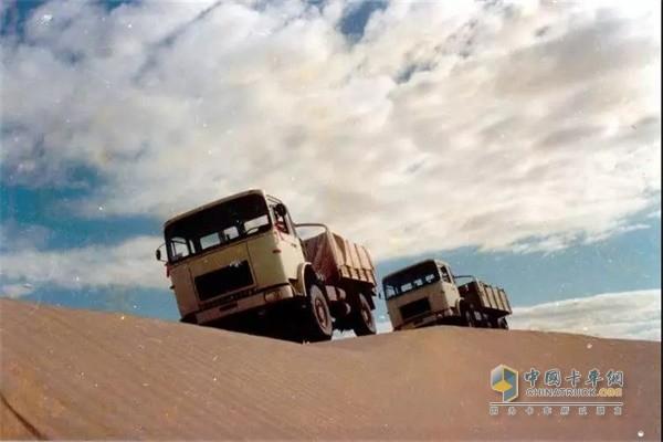 红岩CQ25.290和红岩CQ15.250全轮驱动重型沙漠越野车