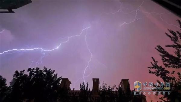 几内亚的雨季电闪雷鸣
