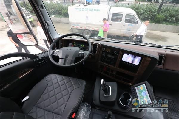 庆铃EVC61重型纯电动洗扫车驾驶室