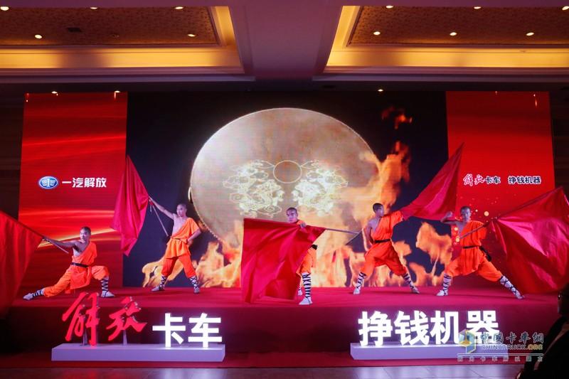 """10月13日,主题为""""荣耀万辆,领航中原""""的一汽解放河南区域长春青岛双基地双万辆庆典在郑州举行"""