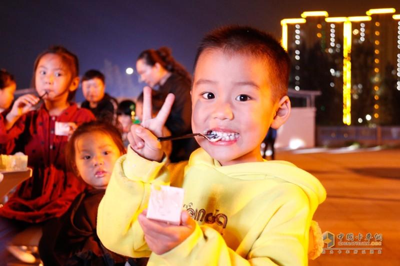 河南区域销售过万 陕汽德龙X5000尊享夜驾会周口站现场看点多