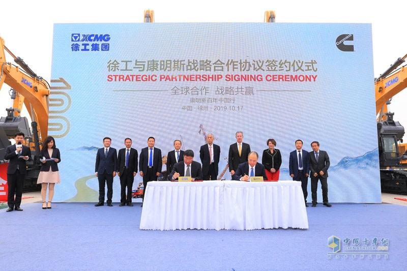徐工机械总裁陆川(图左)与康明斯副总裁刘晓星代表双方企业签署协议