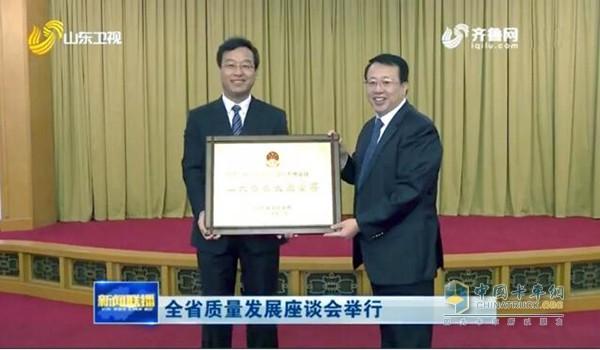 龚正省长为王锋董事长颁发奖牌