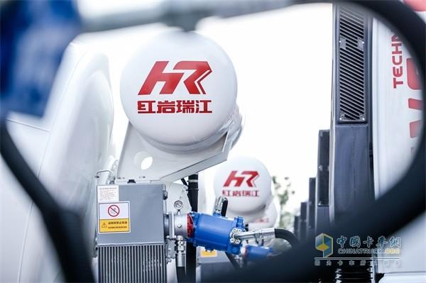 """红岩瑞江一体化混凝土搅拌车""""HR红岩瑞江""""品牌logo醒目"""
