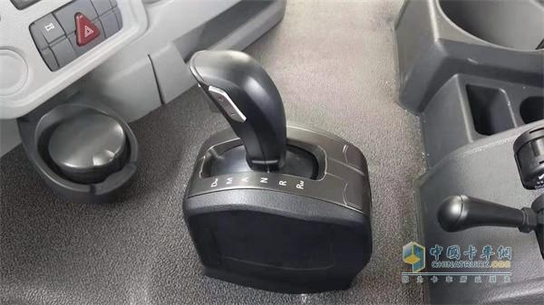 搭载采埃孚自动挡变速箱的欧曼GTL