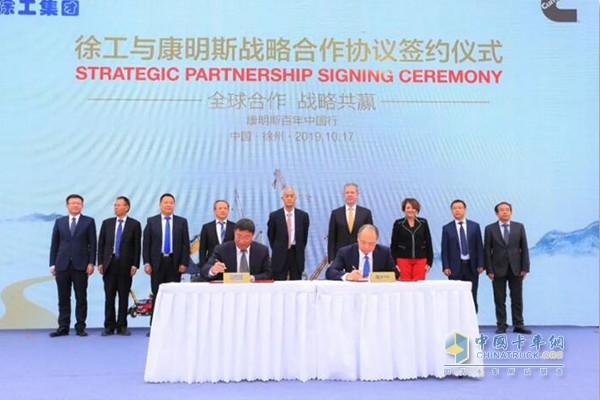 徐州站:徐工机械总裁陆川(图左)与康明斯副总裁刘晓星代表双方企业签署战略合作协议