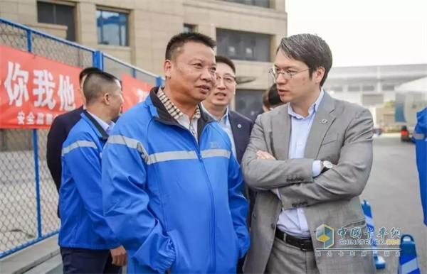 中通快递集团董事长赖梅松(左)与沃尔沃集团高级副总裁董晨睿(右)
