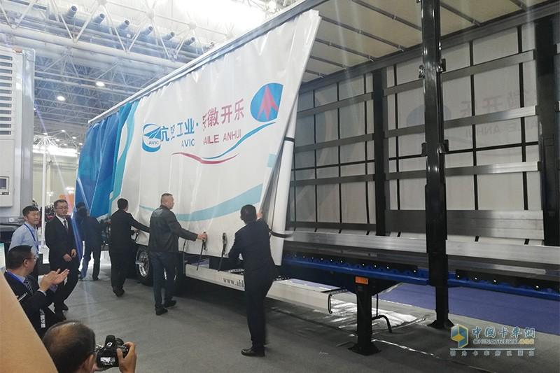 安徽开乐新型侧帘半挂车揭幕