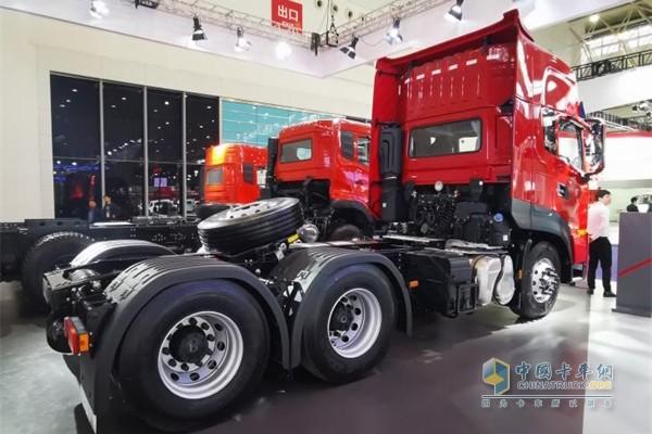 作为东风天龙家族中的豪华长途版,东风天龙KL采用了22项轻量化设计,比同类型重卡轻200kg,实现多拉快跑