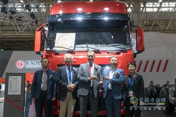 """颁奖嘉宾和领奖嘉宾在获得""""2020中国年度卡车""""奖项的东风天龙KL重卡前合影"""