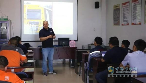 曼恩培训师为申通的驾驶员进行高效驾驶培训