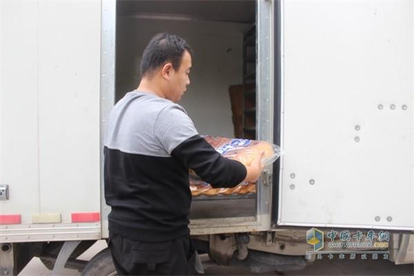 福田祥菱老面包被装上配送车辆
